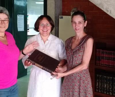 """FS/UnB recebe doação de mais de 50 livros para projeto """"Plante um livro no jardim da FS"""""""